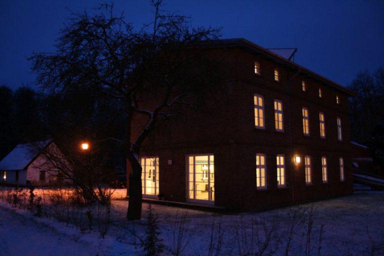 Seitenansicht vom Eisenbahnerhaus im Dunkeln im Winter