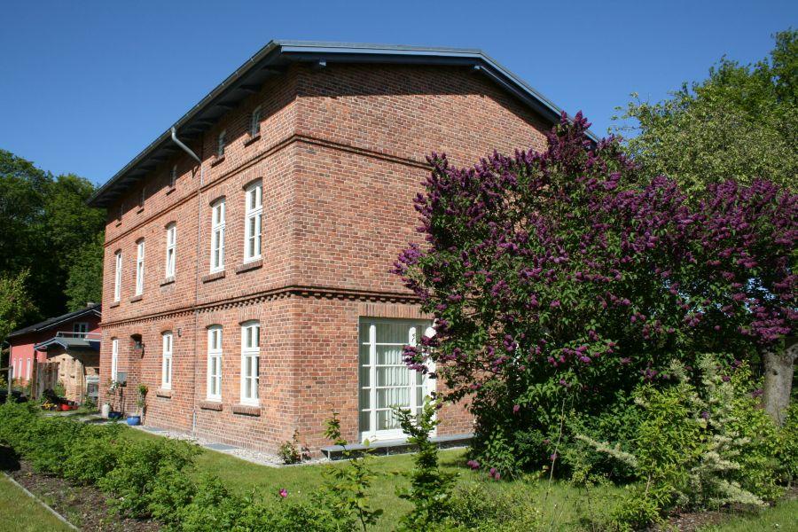 Seitenansicht Eisenbahnerhaus im Sommer