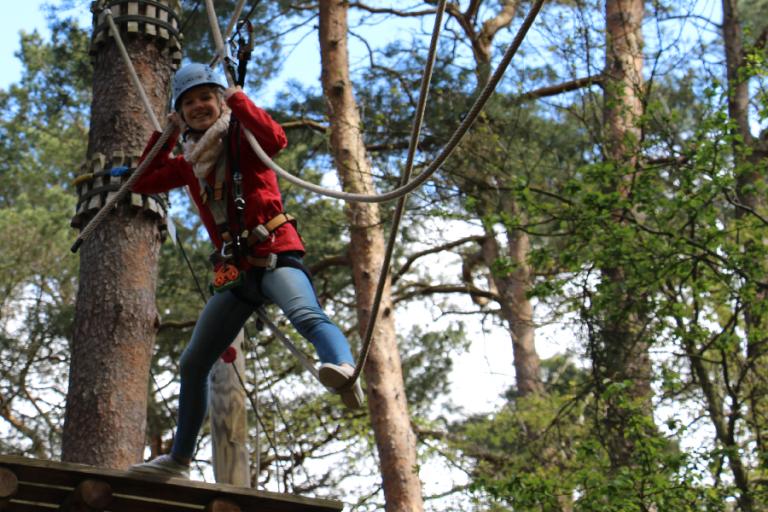 kletterndes Mädchen im Kletterwald BinzProra