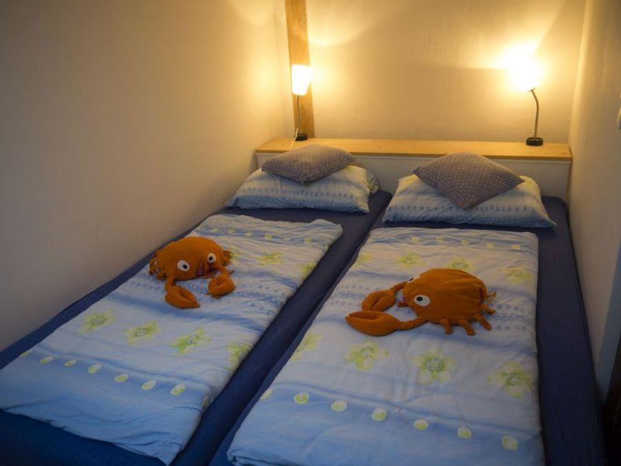 Zimmer mit Doppelbett im DG