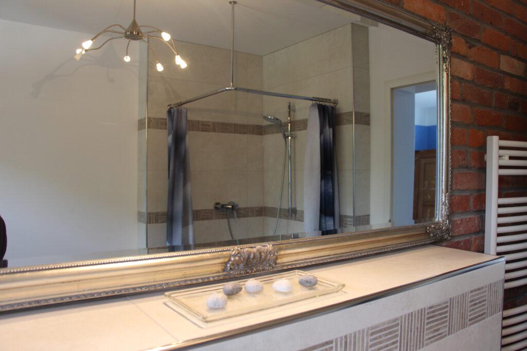 Blick in den Spiegel im Bad